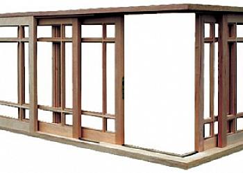 Instalação de janela de madeira