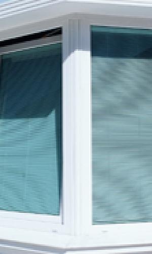 Janela de PVC com veneziana
