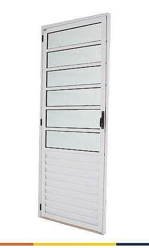 Porta de alumínio com basculante