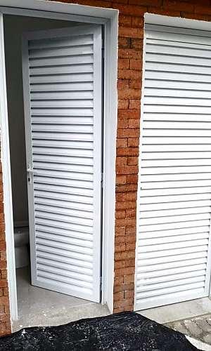 Porta de Alumínio Veneziana Branca